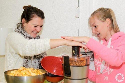 photo de 2 membres de l'asso qui font de la soupe